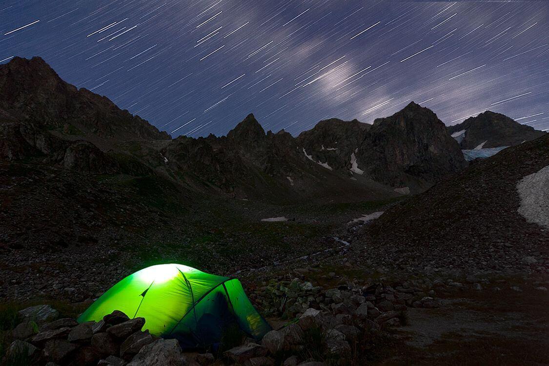 sendero lluvia de estrellas con tienda de campaña